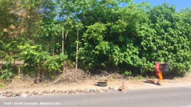 Ordinario degrado in strada, Monteco va a caccia di rifiuti. Riciclandoli